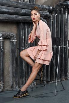 Персиковое платье с воланами Mondigo